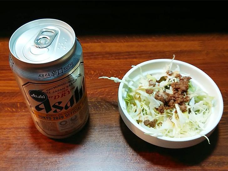 缶ビールとミニサラダ