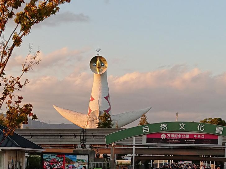 万博記念公園の太陽の塔と夕日